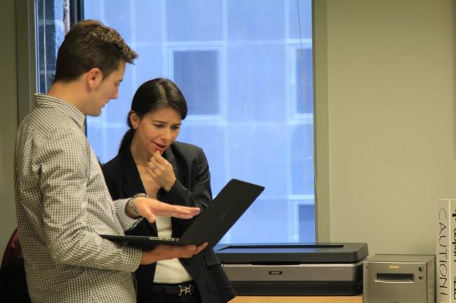 El guionista del documental, Oriol Querol, amb Cynthia Young a l'ICP de Nova York.