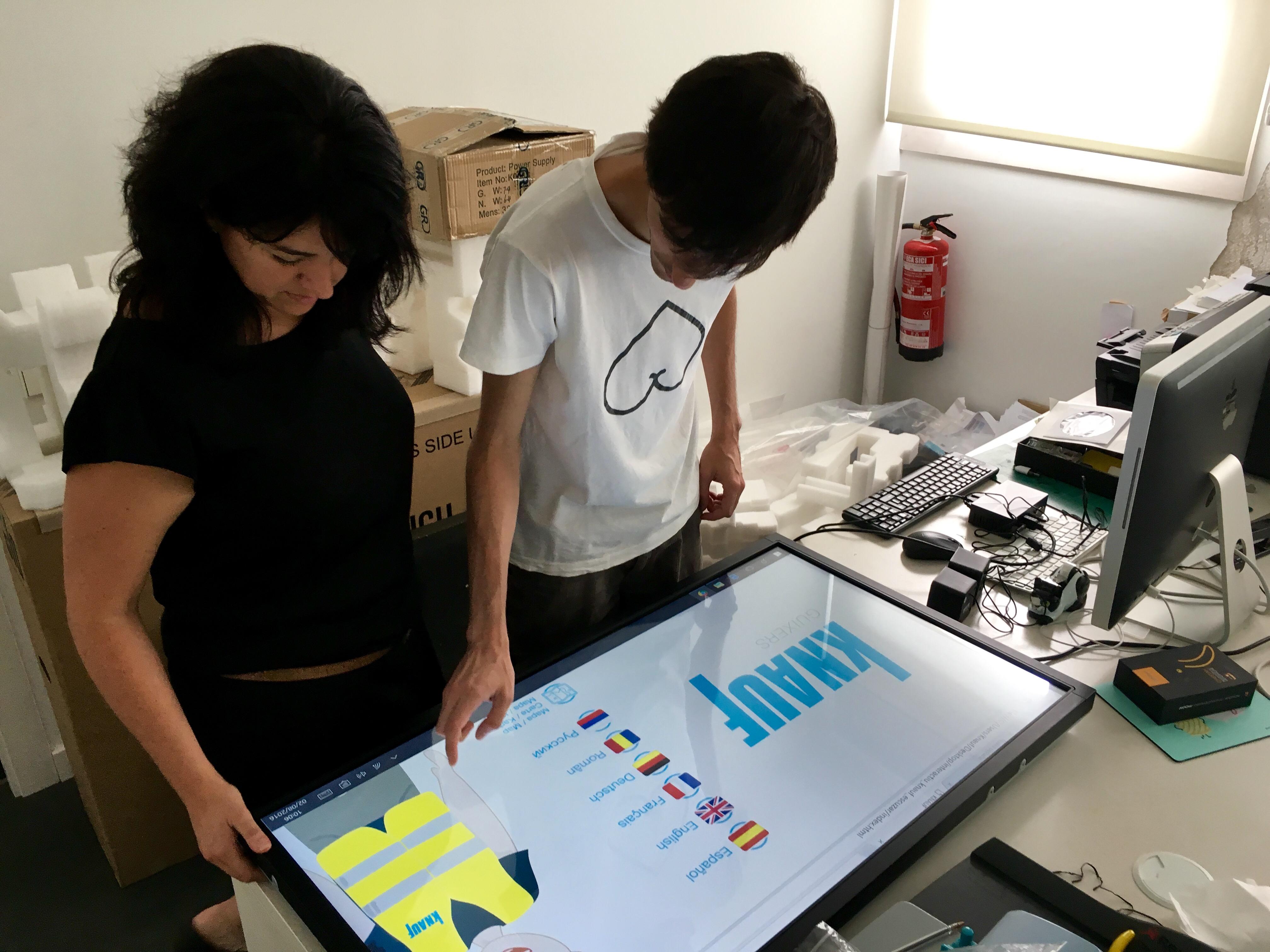 El nostre expert en programació, l'Eladi Sánchez, repassa el funcionament del dispositiu amb la Marta Ripollès (realitzadora).